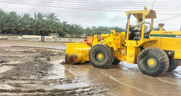 بلديات جعلان بني بوعلي وجعلان بني بوحسن والكامل والوافي تواصل عمليات شفط مياه الأمطار وفتح الطرق