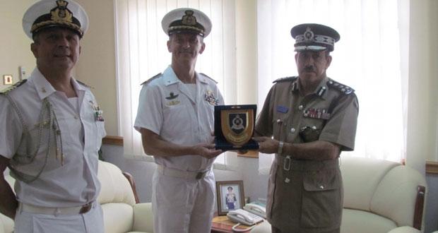 قائد شرطة محافظة ظفار يستقبل قائد السفينة العسكرية الإيطالية