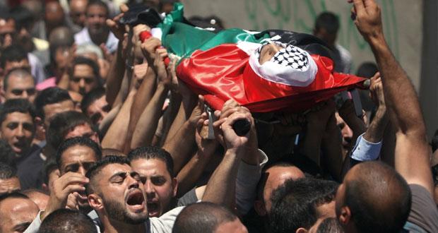 قوات الاحتلال تقتل فلسطينا بالرصاص وتدهس جسده بالآليات الحربية