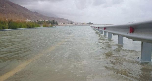 إغلاق الشارع البحري بنيابة طيوي بصور بعد دخول مياه البحر إلى الشارع