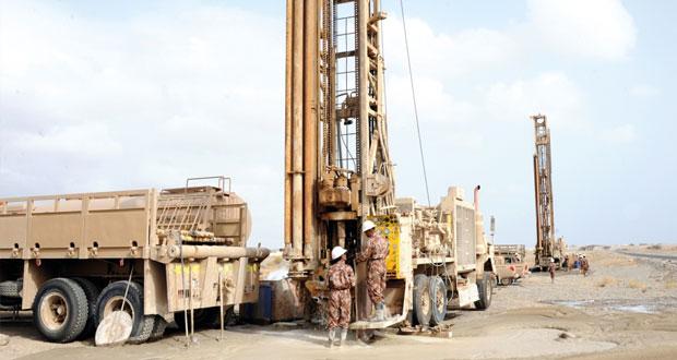 الخدمات الهندسية بوزارة الدفاع تقوم بحفر آبار المياه الصالحة للشرب بمحافظة مسقط