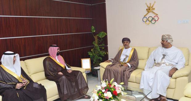 الزبير يتسلم دعوات دورة الألعاب الرياضية الخليجية من السعودية