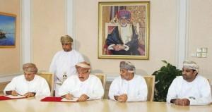 وزير الإسكان يوقع (12) إتفاقية بتكلفة (11) مليون ريال عماني