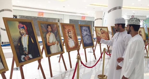 """لوحات تجسد مراحل حياة جلالته في معرض """"مشاهد من حياة شامخة"""""""