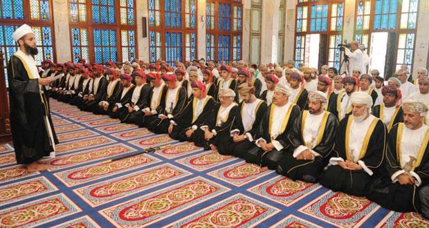 فهد بن محمود يؤدي صلاة عيد الفطر المبارك بمسجد الخور بمسقط