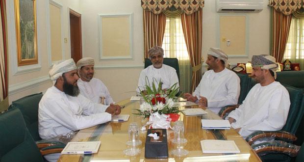 لجنة انتخابات الشورى بنـزوى تناقش عددا من طلبات نقل القيد وإجراءات الانتخابات