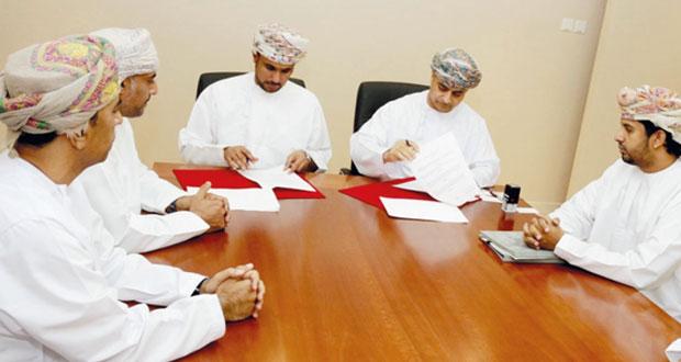 هيئة المنطقة الاقتصادية بالدقم ووزارة التعليم العالي يوقعان اتفاقية تمويل 22 منحة دراسية لأبناء محافظة الوسطى