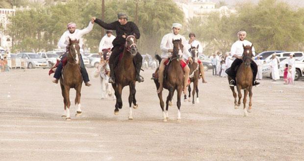 عروض للطائرات اللاسلكية وركضة العرضة للخيول في ملتقى العيد بنـزوى