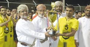 طلال المعمري يهدي الشاطئ كأس بطولة شجع فريقك بنادي مجيس