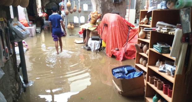 أستمرار هطول الأمطار على نـزوى لليوم الثالث على التوالي وسوق الصنصرة يغرق بالمياه