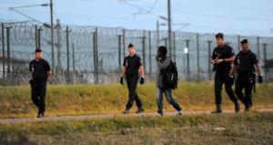 وفاة 5 مهاجرين عطشا قبل وصولهم أوروبا وألمانيا تُغيث بعضهم وترحل آخرين