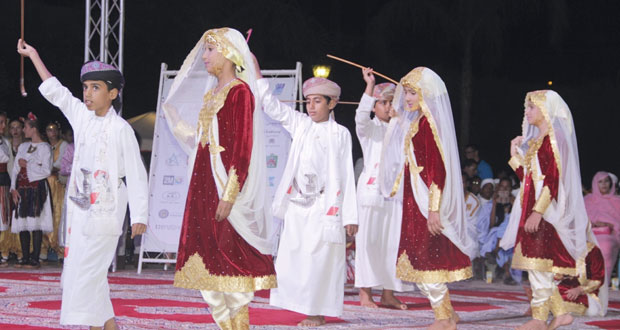 الأطفال العمانيون يشاركون في نداء السلام ويبهرون الحضور في عرض ختام المهرجان الدولي لفلكلور الطفل بالمغرب