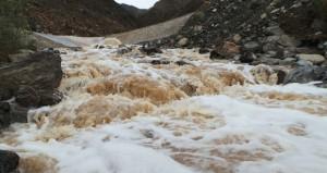 تواصل الامطار الغزيرة على عدد من ولايات السلطنة وجريان الاودية والشعاب