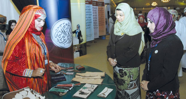 استمرار النهوض بالمرأة العمانية وتمكينها من خلال إشراكها في خطط التنمية الشاملة