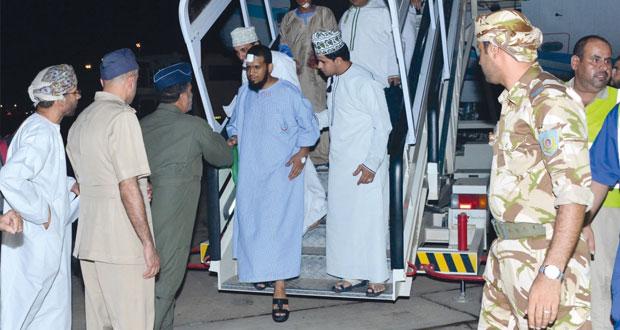 وصول طائرتي سلاح الجو تنقلان المعتمرين العمانيين الذين تعرضوا لحادث سير في المملكة العربية السعودية
