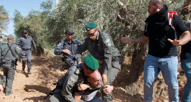 الاحتلال يداهم ويعتقل فلسطينيين بالضفة والقدس المحتلين