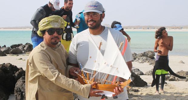 شباب مصيره يمارسون ركوب الأمواج في منطقة جشار الشيخ