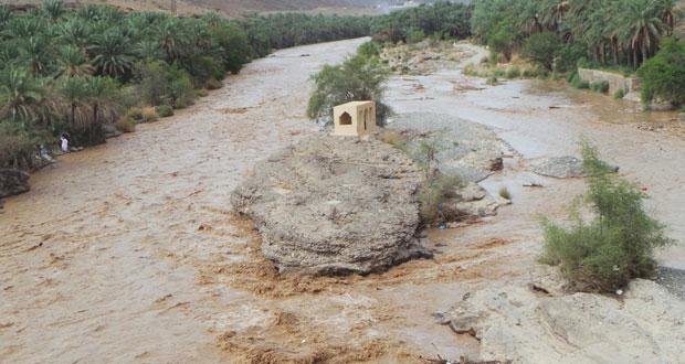 الرستاق وسمائل والجبل الأخضر تشهد هطول أمطار متفاوتة الغزارة
