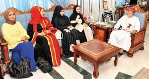 وزير الدولة ومحافظ ظفار يستقبل أعضاء لجنة الصحفيات بجمعية الصحفيين العمانية