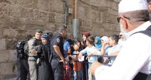 """الاحتلال يواصل حصاره """"الخانق"""" على الأقصى ويعتدي على مرابطات"""