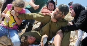 جيش الاحتلال يعتقل ويصيب ناشطين فلسطينيين ضد الاستيطان
