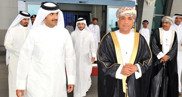 الرئيس التنفيذي القطري للإعلام يصل السلطنة