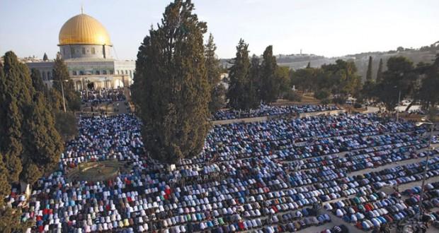 عشرات آلاف الفلسطينيين يؤدون صلاة العيد في الأقصى