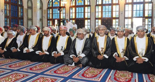 فهد بن محمود يؤدي صلاة عيد الأضحى المبارك بمسجد الخور في مسقط