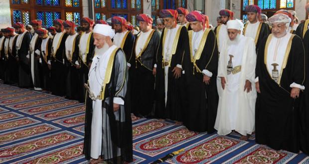 السلطنة تحتفل بأول أيام (الأضحى) وفهد بن محمود يؤدي صلاة العيد بمسجد الخور