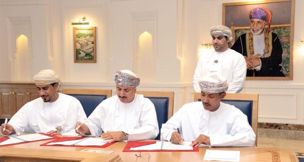 التوقيع على 21 اتفاقية لتدريب 446 شابا عمانيا