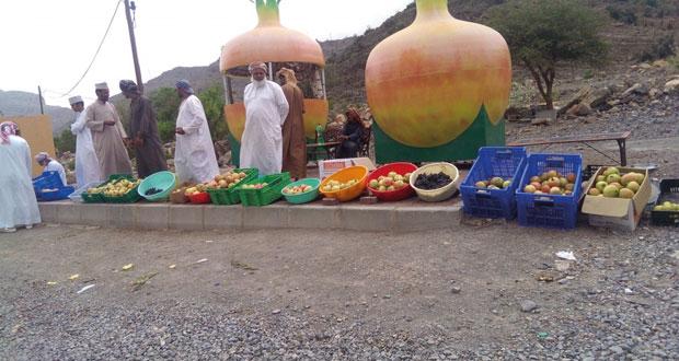 مزارعو الجبل الأخضر يفترشون الأرض لبيع منتجاتهم الزراعية