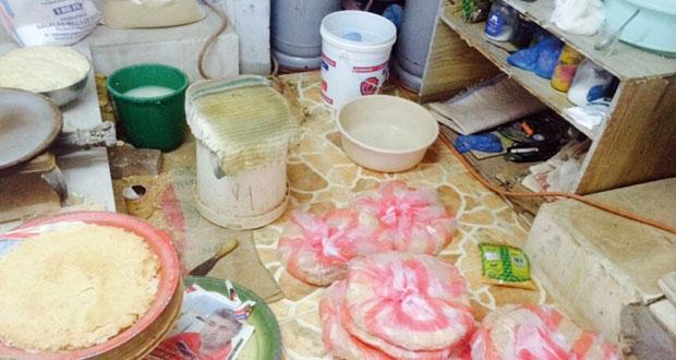 ضبط عمال وافدين يصنعون الخبز العماني في مزرعة بصحار
