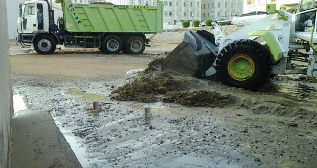 بلدية مسقط تواصل جهودها لإزالة الاضرار التي تسببت بها الامطار