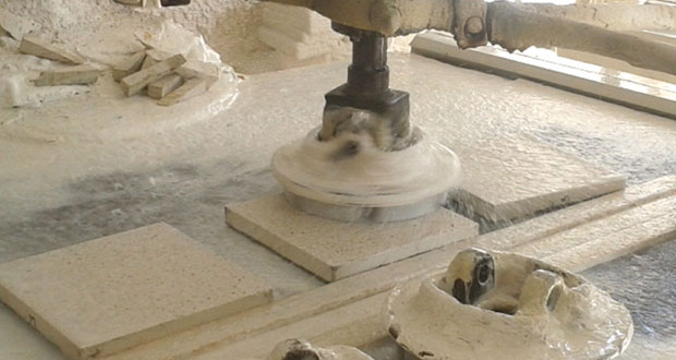 باحثة عمانية تنجح في الاستفادة من مخلفات مصافي النفط بصناعة البلاط ومن نفايات بعض الفواكه بإنتاج غاز الميثان