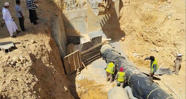 ـ الهيئة العامة للكهرباء والمياه تقوم بنقل الأنبوب المتأثر بجسور مطار مسقط وتوصيل مناطق السيب الساحلية به