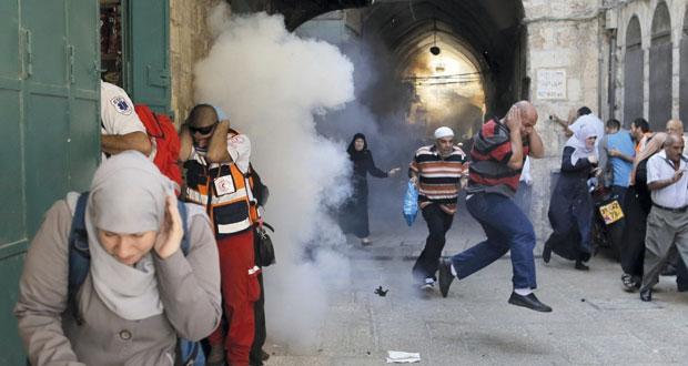 عدوان إسرائيلي واسع على الحرم القدسي والأقصى وقوات الاحتلال تقتحم باحاته بـ (التروس المدرعة)