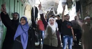 الفلسطينيون يستنكرون الصمت العربي والإسلامي تجاه ما يجري بالأقصى