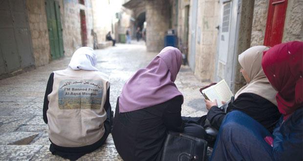 الفلسطينيون يؤكدون صلابة موقفهم أمام تهديدات الاحتلال بإطلاق النار على المرابطين في (الأقصى)