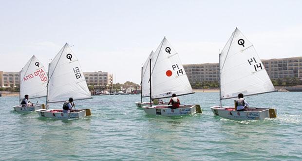 أشبال عُمان للإبحار يخوضون سباقات الفرق في فئة الأوبتمست بالمدينة الرياضية بالمصنعة