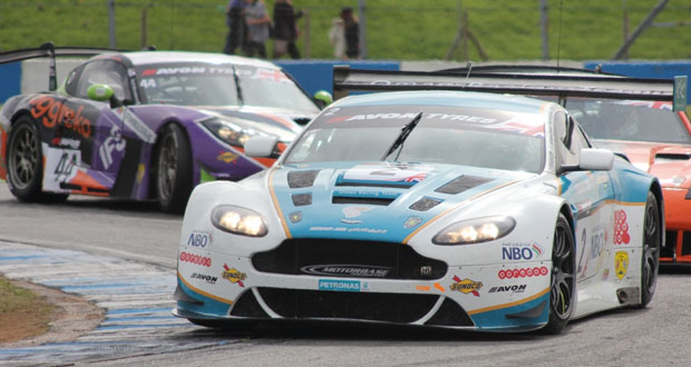 في ختام سباق جي تي البريطاني.. الحارثي يتوج بجائزة الكاس الفضية بجدارة وفريق عمان لسباقات السيارات ثانيا في ترتيب الفرق