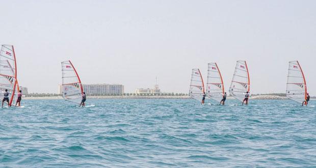 أشبال عمان للإبحار يخوضون سباقات تحديد المستوى في فئات الأوبتمست والليزر 4.7 وألواح التزلج الشراعية