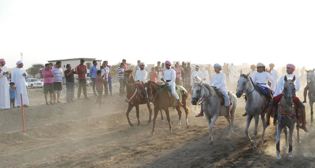 ابتهاجا بالتشريف السامي .. مهرجان تقليدي لركض وفنون الخيل والإبل بصحار