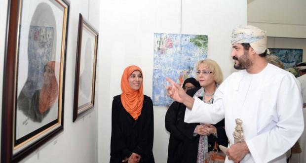 """المعرض السنوي التاسع عشر للشباب يدشّن مهرجان الفنون التشكيلية """"وطني لوحتي"""" في الجمعية العمانية للفنون التشكيلية"""