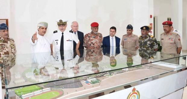 وفد لجنة المعدات الدفاعية العمانية الفرنسية يزور الكلية العسكرية التقنية