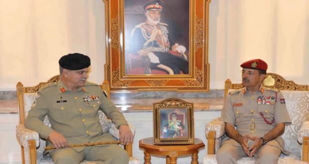 بحث تعزيز التعاون الثنائي بين السلطنة وباكستان في المجالات العسكرية