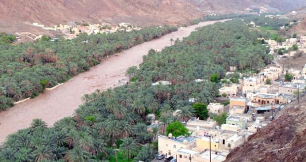 الأمطار تتواصل بعدد من محافظات السلطنة وتوقعات باستمرار تأثير الأخدود
