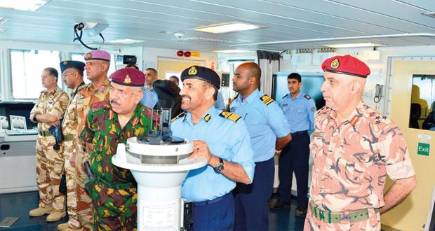 قائد البحرية السلطانية العمانية يتابع فعاليات التمرين البحري ( أسد البحر/2)