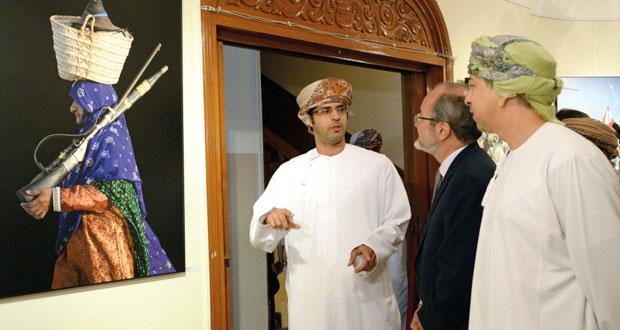 أحمد الطوقي يجسد تركيبة حياة الإنسان العماني حيث جغرافيا المكان وحديث الضوء