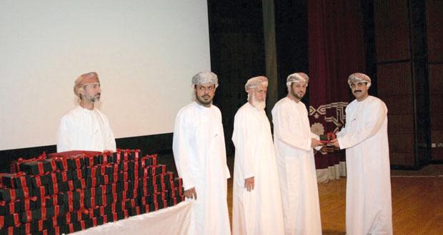 الملحقية الثقافية بسفارة السلطنة في الإمارات تكرم الطلبة العمانيين المجيدين دراسيا بكافة الجامعات والكليات الاماراتية