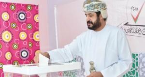 رؤساء وأعضاء لجان الشورى والإعلاميون بمختلف المحافظات ومواطنو ظفار ومسندم المقيمون بمسقط يدلون بأصواتهم